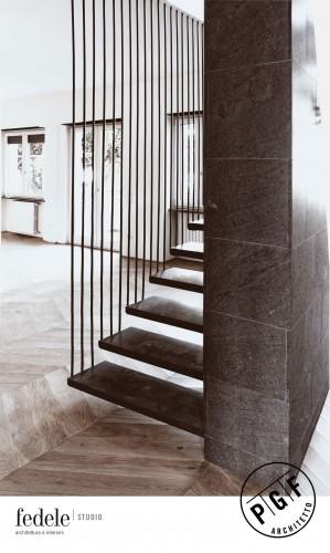 Interior: Intorno a una scala sospesa.